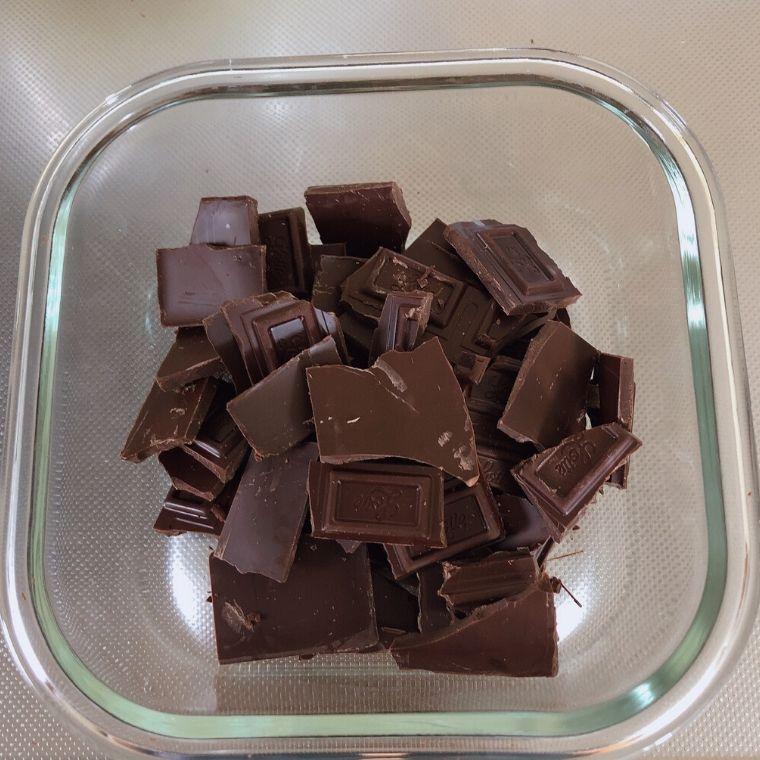 板チョコ2枚を手で割ってレンジで1分半加熱して溶かします。